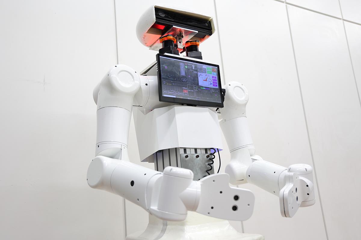 「人混みでも安全に移動できる自律移動サービスロボットの事業化検証」プロジェクト